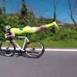 スーパーマンボーズで走る自転車