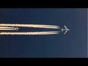 空中で旅客機を追い越す旅客機
