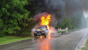 交通事故で炎上する車