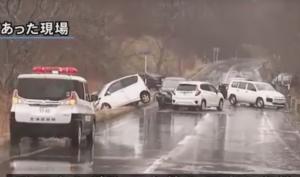 道路の凍結で多重事故になっている様子