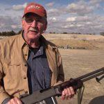 アメリカの兵器「ブローニングBAR」を持つ男性