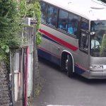 旅館の駐車場で頑張るバス