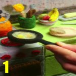 毛糸のキッチンで朝食を作る様子
