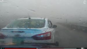 警察から車で逃げる犯人