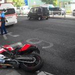 事故に遭ったバイクの救助を手伝う撮影者