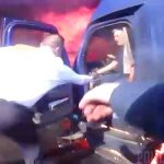 燃える事故車両