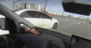 高速道路を暴走するセダン