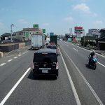 自転車に幅寄せするトラック