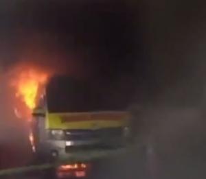 爆発して黒煙を上げる救急車