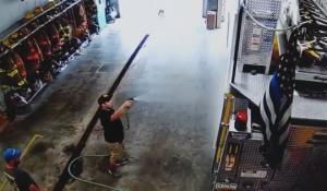 消防車を洗う消防士