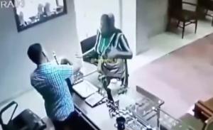 スプレーを店員にふきつける強盗