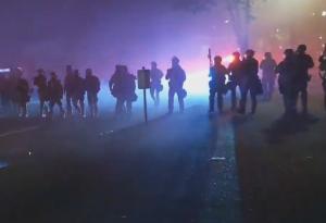 デモ隊の制圧を試みる警官