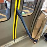 駆け込み乗車でドアに傘を差し込む男