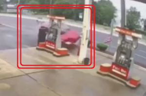 ガソリンスタンドに突っ込んでくる車