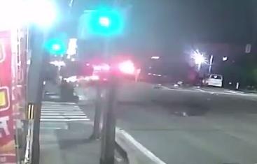 路上で炎上する車