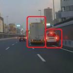 トラックが乗用車に接触する様子
