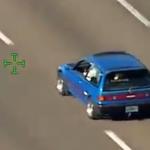 警察から逃走する青い車