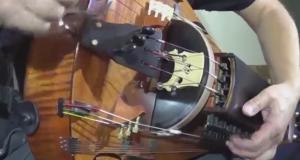 謎の楽器で曲を奏でるロシア人