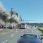 千葉県の路上で炎上するバス