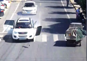 突然爆発する白い車