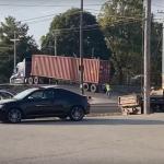 踏切内で立ち往生するトラック