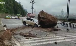 岩と衝突した車