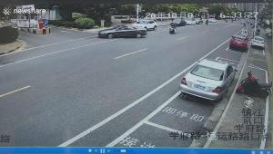 突然猛スピードでバックする黒い乗用車