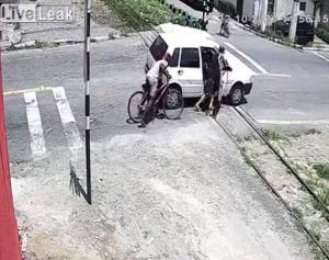 踏切で立ち往生する車