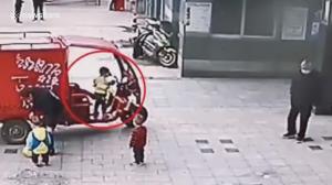 三輪自動車に乗る3歳児
