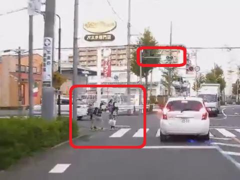 赤信号の交差点に子供を突き出す子供
