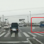 信号無視して交差点に侵入する軽トラック