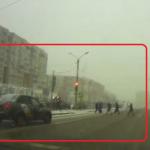 赤信号に突入するタクシー