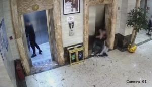 エレベーターの扉にぶつかる様子