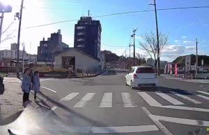 横断歩道で追い越しをする危険な車