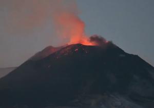 噴火するエトナ山