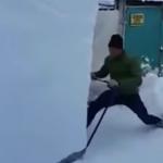 雪かきをする男性