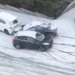 雪で滑る車