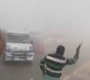濃い霧の中での事故