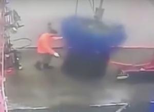 洗車機を掃除する男性