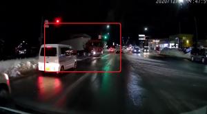 赤信号で道に飛び出してくるトレーラー