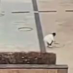マンホールに爆弾を投入する子供