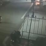 爆竹をマンホールに入れる子供