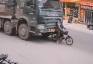 トラックに刺さるバイク