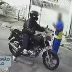 バイクに乗った強盗と話す男性
