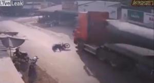 こけたバイクに迫るトラック