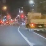 無理な追い越しをするトラック