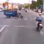 急ブレーキをかけながら交差点に進入するバイク