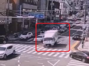 逆走しながら突っ込むトラック