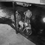 バイク乗りに強盗を試みる男