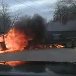 坂道を下る燃えるトラック